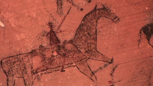 cu petroglyph of man riding horse at blue bull cave/ canyon de chelly national monument, arizona - cave painting stock videos & royalty-free footage