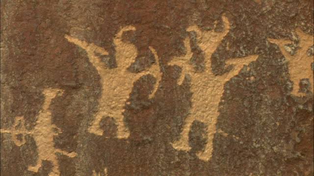 cu, petroglyph representing hunters, utah, usa - 人の姿点の映像素材/bロール