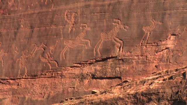 cu petroglyph with animals/ canyon de chelly national monument, arizona - cave painting stock videos & royalty-free footage