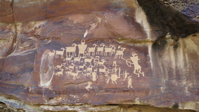 vídeos de stock e filmes b-roll de petroglyphs in 9 mile canyon in utah at the great hunt panel - anasazi