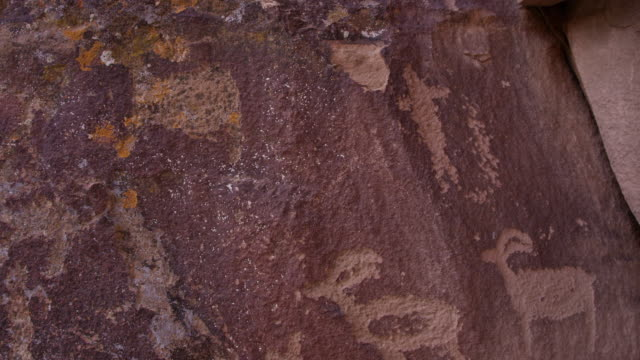 vídeos de stock e filmes b-roll de petroglyphs in nine mile canyon carved in cliff - anasazi