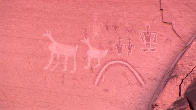 vídeos de stock e filmes b-roll de cu petroglyphs on wall at antelope house/ canyon de chelly national monument, arizona - cultura navajo