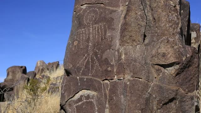 vídeos y material grabado en eventos de stock de petroglyphs - cultura indio americano