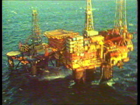 petrol prices; north sea airv cormorant alpha oil rig ) tx.12.8.81 gv workers on rig ) itn airv rig ) - 石油掘削装置点の映像素材/bロール