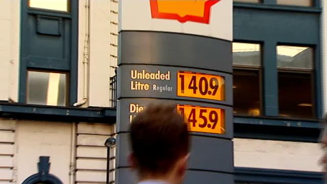 stockvideo's en b-roll-footage met london ext shell petrol station sign showing unleaded and diesel prices zoom in - shell merknaam
