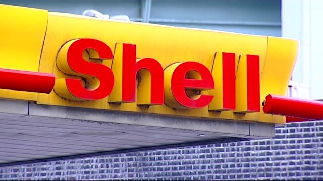 stockvideo's en b-roll-footage met petrol tanker drivers' strike general views of shell petrol station england london battersea ext general views of shell petrol station / shell logo /... - shell merknaam