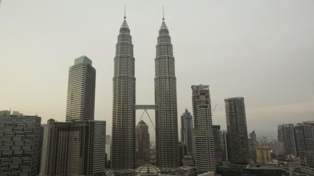 vídeos de stock, filmes e b-roll de petrona towers intervalo de tempo. hd. kuala lumpur. malásia - torre menara kuala lumpur