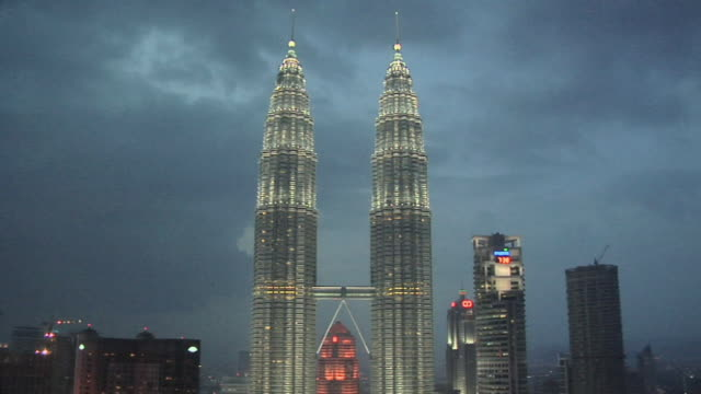 vídeos de stock e filmes b-roll de ws petronas towers in kuala lumpur city center at evening / kuala lumpur, malaysia - kuala lumpur