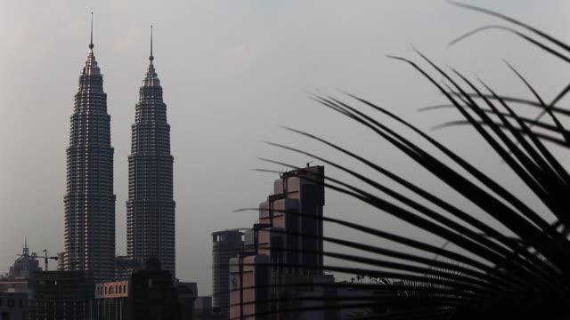 vídeos de stock, filmes e b-roll de petronas towers in kuala lumpur - torres petronas