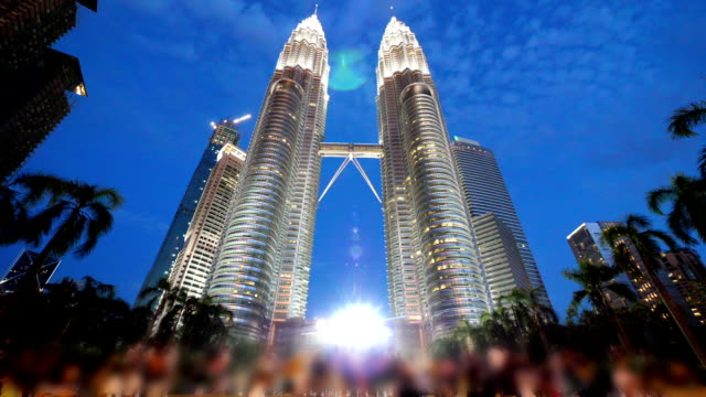 stockvideo's en b-roll-footage met petronas towers in kualalumpur - petronas twin towers