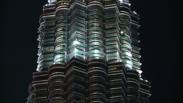 stockvideo's en b-roll-footage met petronas twin towers at night, kl, malaysia - petronas twin towers