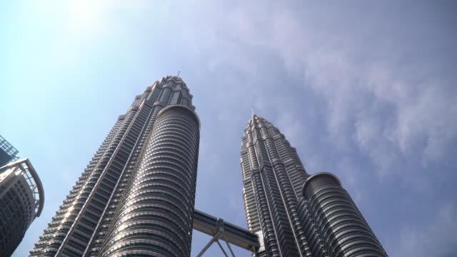 stockvideo's en b-roll-footage met de petronas twin towers in kuala lumpur, maleisië - petronas twin towers