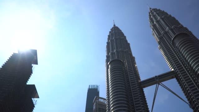 stockvideo's en b-roll-footage met petronas twin towers in kuala lumpur - toren bouwwerk