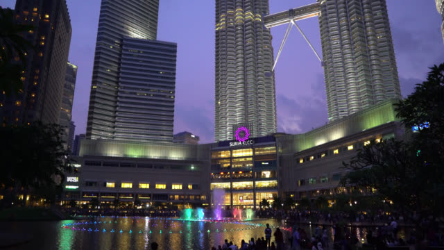 petronas twin towers, suria klcc kuala lumpur at dusk - cloud computing stock videos & royalty-free footage