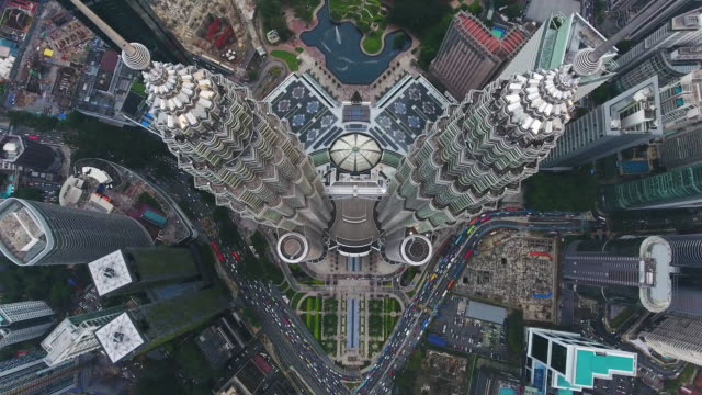 petronas twin towers view from drone - cultura malesiana video stock e b–roll