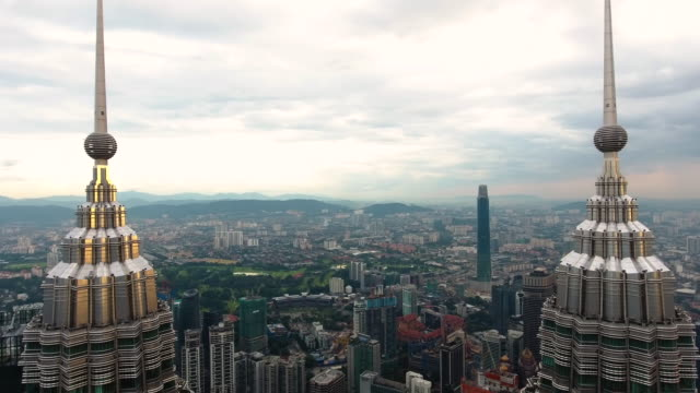 stockvideo's en b-roll-footage met petronas twin towers uitzicht vanaf drone - petronas twin towers