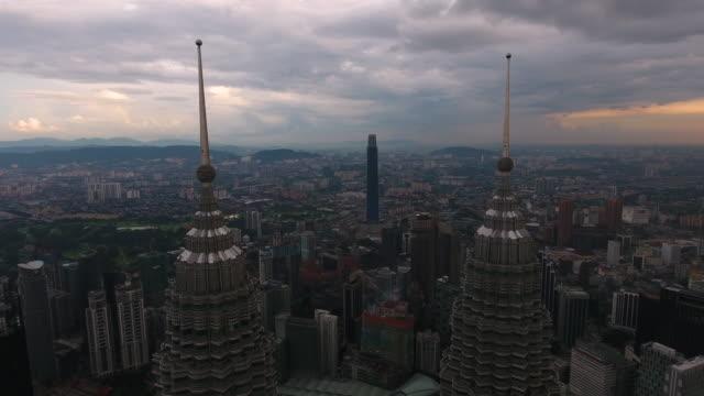 vídeos de stock, filmes e b-roll de petronas twin vista torres de zangão - torre menara kuala lumpur