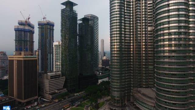 vidéos et rushes de petronas twin towers vue depuis un drone - tour menara kl