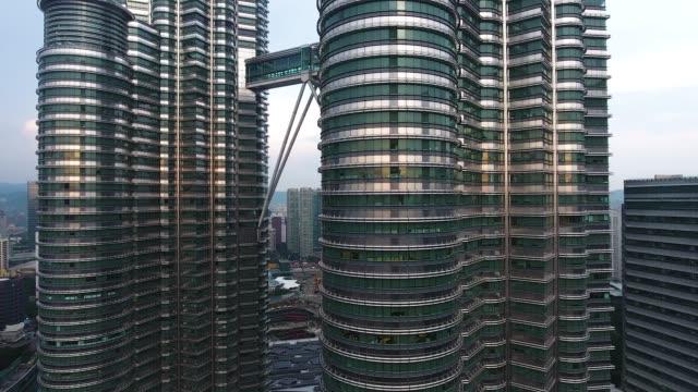 vídeos de stock, filmes e b-roll de petronas twin vista torres de zangão - torres petronas