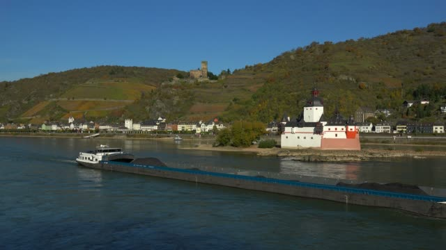 vídeos de stock e filmes b-roll de pfalzgrafenstein castle and gutenfels castle in kaub, rhine river, rhineland-palatinate, germany, europe - por volta do século 13 dc