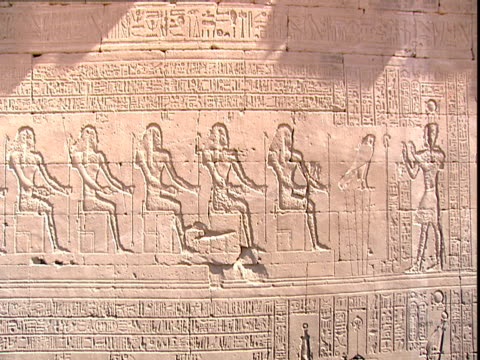 vidéos et rushes de pharaoh with hands raised stands in front of the the seated shebtiu or elders. a falcon is standing on reeds in front of the first seated shebtiu who... - couvre chef