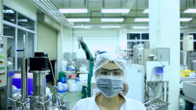 vídeos de stock, filmes e b-roll de tecnologia farmacêutica, controle de qualidade - higiene