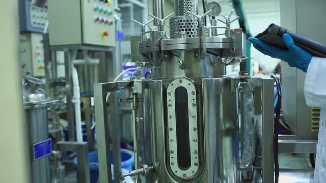 pharma-technologie - qualitätsprüfer stock-videos und b-roll-filmmaterial