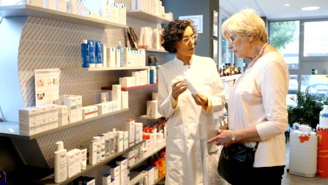 vídeos de stock, filmes e b-roll de farmacêutico, explicando a receita ao cliente - prescription medicine