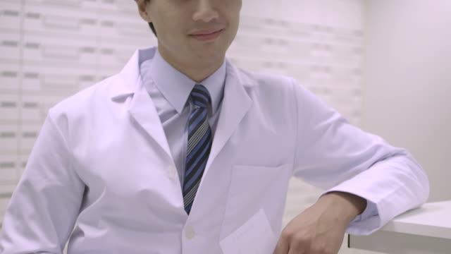 pharmacist in pharmacy - skjorta och slips bildbanksvideor och videomaterial från bakom kulisserna