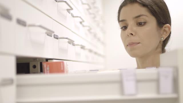 pharmacist in pharmacy - apothekerberuf stock-videos und b-roll-filmmaterial