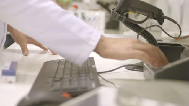 vidéos et rushes de pharmacist in pharmacy - un seul homme d'âge moyen