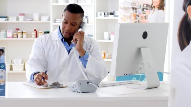 stockvideo's en b-roll-footage met apotheker gesprekken met de klant op de telefoon - medisch voorschrift