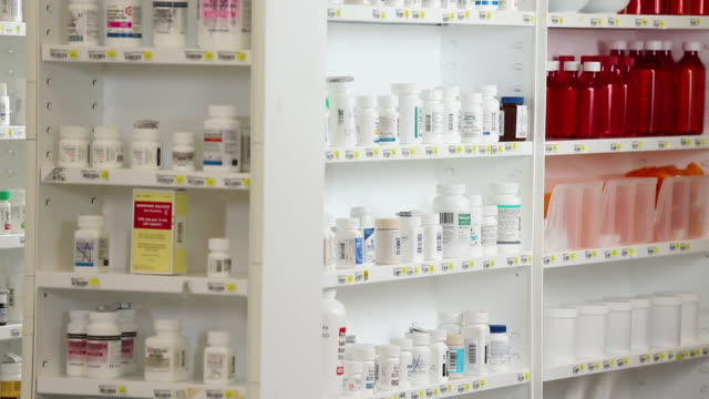 ms tu pharmacy shelves full of medication bottles / richmond, virginia, usa - medikament stock-videos und b-roll-filmmaterial