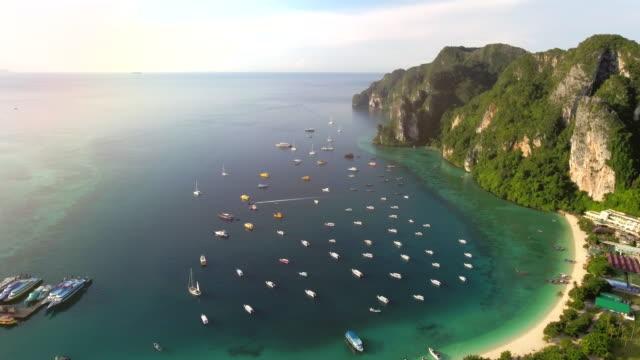 vídeos de stock e filmes b-roll de phi phi island phuket ,aerial view - ilhas phi phi