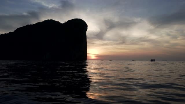 vídeos y material grabado en eventos de stock de phi phi leh en puesta del sol - islas phi phi
