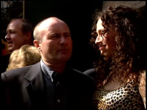 vídeos y material grabado en eventos de stock de phil collins at the 'tarzan' premiere at the el capitan theatre in hollywood california on june 12 1999 - tarzán obra reconocida