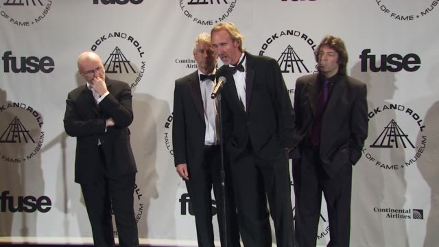 vídeos de stock, filmes e b-roll de phil collins, tony banks, steve hackett and mike rutherford of genesis on seeing their old footage tonight. at the 25th annual rock and roll hall of... - phil collins