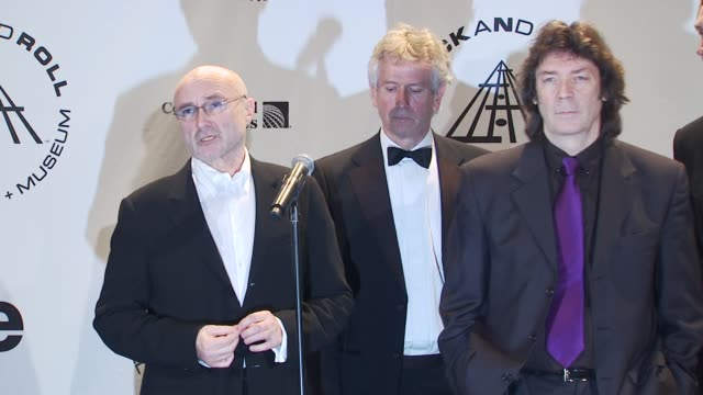 vídeos de stock, filmes e b-roll de phil collins, tony banks, steve hackett and mike rutherford of genesis on being honored tonight. at the 25th annual rock and roll hall of fame... - phil collins