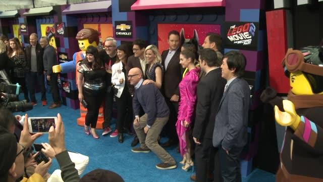 """phil lord, elizabeth banks, chris pratt, stephanie beatriz, alison brie, will arnett and christopher miller at the """"the lego movie 2: the second... - ウィル アーネット点の映像素材/bロール"""