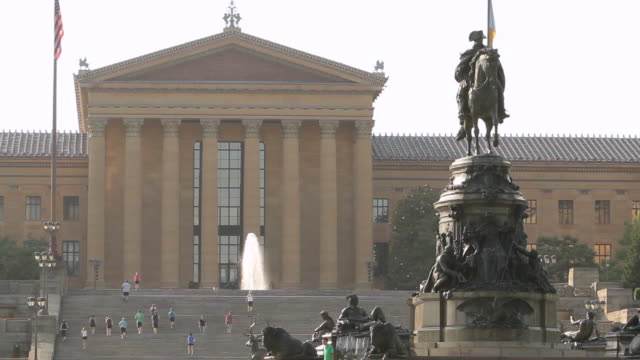 ms philadelphia art museum with statue of george washington / philladelphia, pa, usa   - ジョージ・ワシントン点の映像素材/bロール