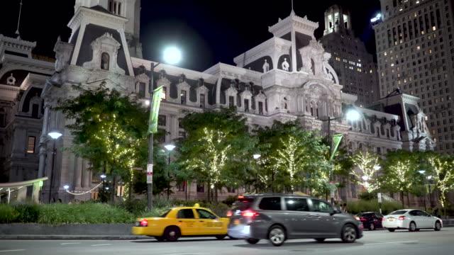 vídeos de stock e filmes b-roll de philadelphia city hall at night - edifício do governo local