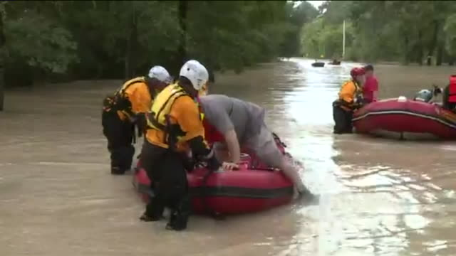 stockvideo's en b-roll-footage met kiah philadelphia fire department water team helping flood victim after hurricane harvey in humble texas on aug 30 2017 - bevrijden
