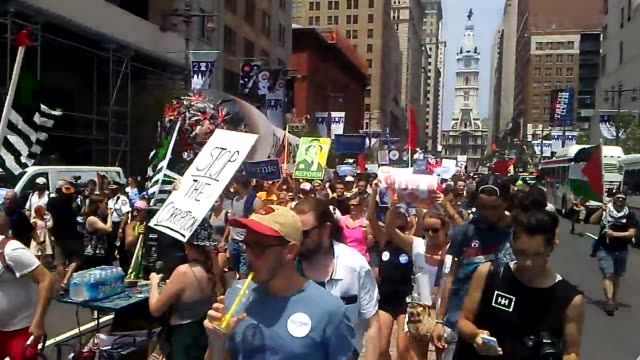 vídeos de stock e filmes b-roll de philadelphia pa raw footage from first day of dnc in philadelphia the march began at city hal with about 800 people who march 3 miles to the dnc... - coligação