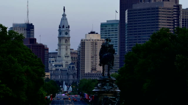 philadelphia, pa - benjamin franklin parkway stock-videos und b-roll-filmmaterial