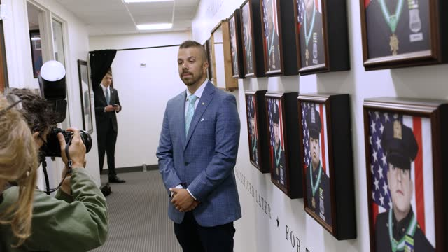 """vidéos et rushes de philadelphia police officer jonny castro and the artist of the portrait series, entitled """"23 remembered,"""" speaks to the press and poses for... - mémorial"""