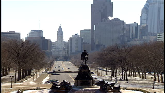 philadelphia skyline and back of george washington on horse statue - george washington stock-videos und b-roll-filmmaterial