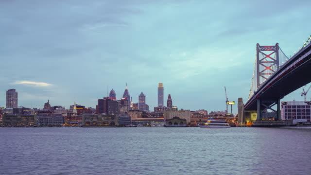 フィラデルフィアの街並みとデラウェア川に反映され、夕暮れの下 - ベンフランクリン橋点の映像素材/bロール