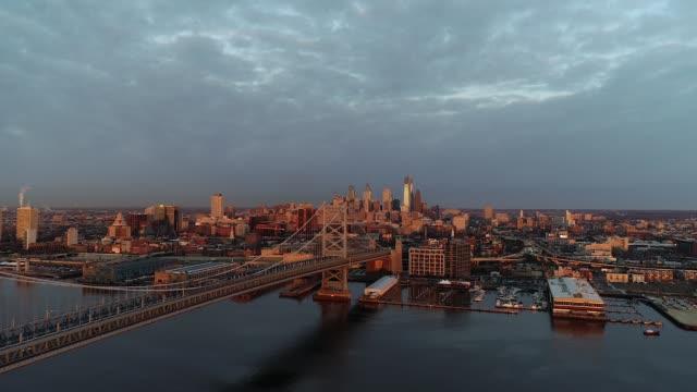 philadelphia skyline sunrise drone shot - デラウェア川点の映像素材/bロール