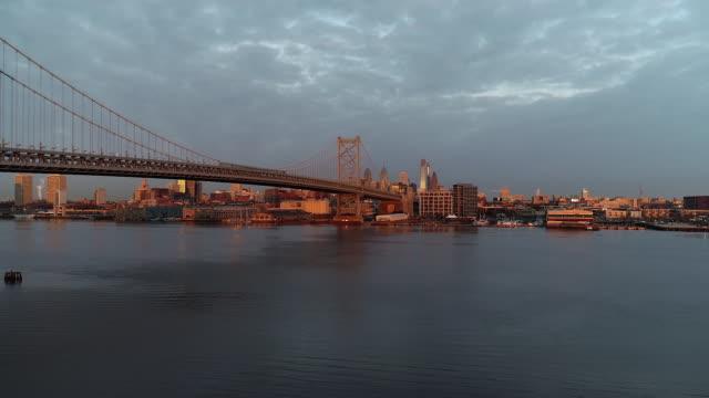 philadelphia skyline sunrise drone - デラウェア川点の映像素材/bロール