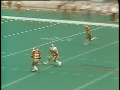 1985 ha ws philadelphia stars' quarterback chuck fusina throwing pass caught by herbert harris/ ws harris almost dropping ball but running for touchdown and spiking ball in endzone/ birmingham stallions player raising fists in anger/ birmingham, alabama - gefangen stock-videos und b-roll-filmmaterial